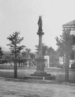 barokní sloup se sochou Panny Marie v Sedleci na historické fotografii z konce 19. století